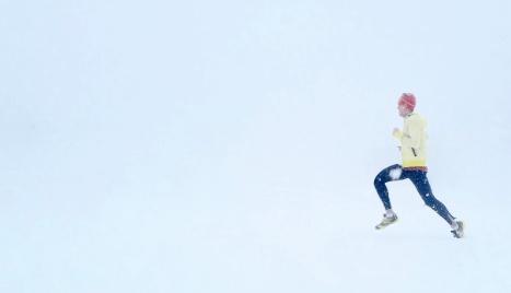 rozgrzewka narciarza biegacz we mgle